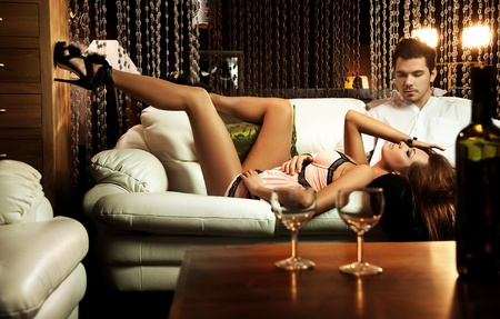 fashionable couple: Par de descanso en el sof�