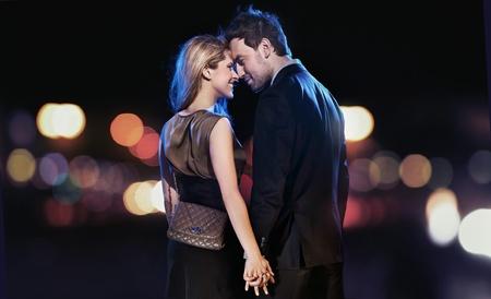 Conceptual retrato de una joven pareja en elegantes vestidos de noche