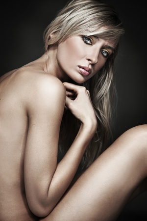 joven desnudo: Hermosa sexy curtida desnuda delgada rubia joven sentado