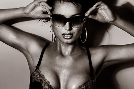 morena sexy: Sexy Morena posando con gafas de sol