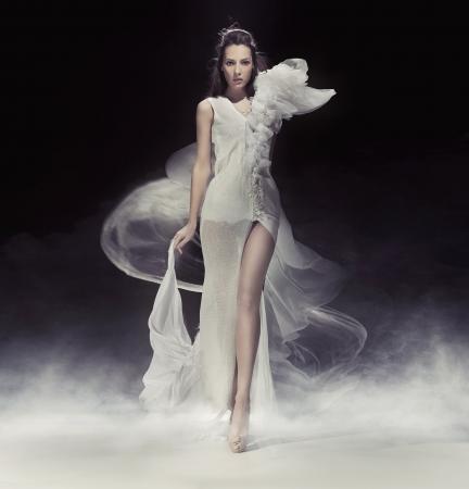 EVENING DRESS: Bella dama Morena en vestido blanco Foto de archivo