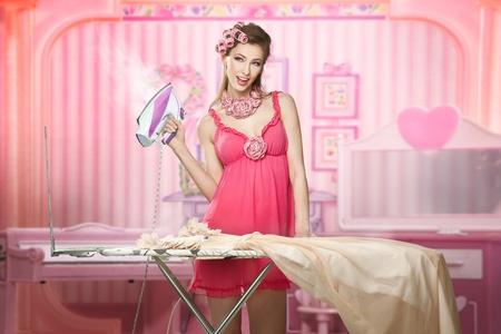 Hübsche Frau als eine Puppe Haus Arbeit