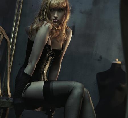 mujeres eroticas: Mujer jefe roja sexy en lencer�a negra