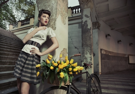 Actracttive bauty brunette posing with the bike