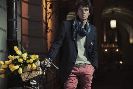 estilo urbano: Chico joven con estilo junto a la bicicleta Foto de archivo