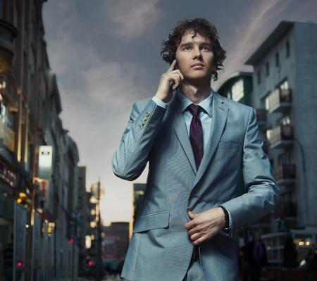 traje: Hombre elegante posando en una calle de la ciudad