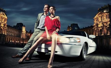 fashionable couple: va de la pareja de moda a parte Foto de archivo
