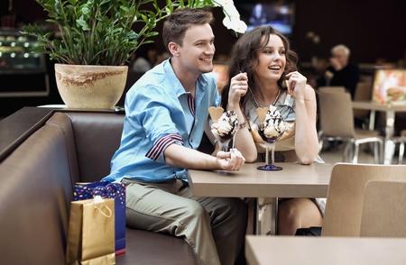 pareja comiendo: Sonriente pareja comiendo helado