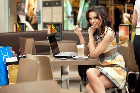 mujer tomando cafe: Mujer de negocios de la joven y bella beber un caf� en un trabajo de pausa Foto de archivo