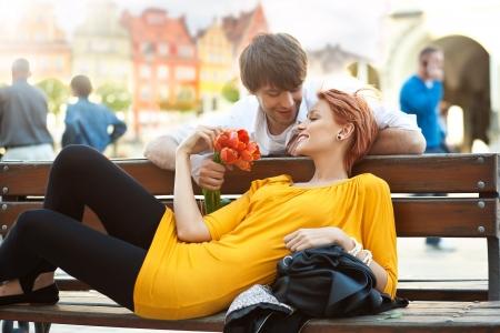 parejas enamoradas: Pareja rom�ntica relajante sonriendo al aire libre Foto de archivo