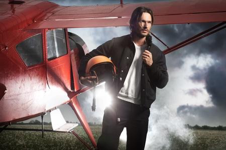 Plane Pilot: Hombre guapo de pie delante del avi�n Foto de archivo