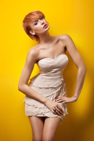 donne eleganti: Redhair donna in posa sexy