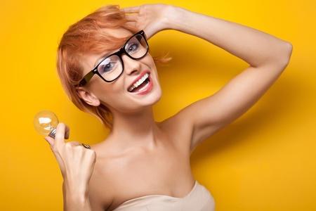glass eye: Mujer sonriente con bombilla