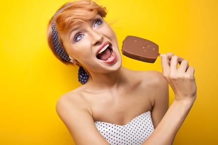 eating ice cream: Donna felice mangiare gelato