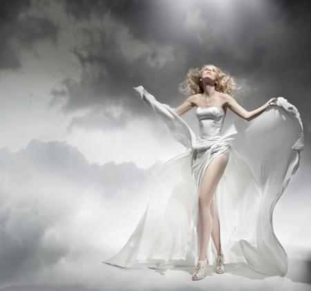 Romantica bellezza bionda in posa in abito stupefacente