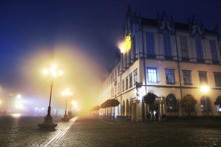 iluminados: Calle de la ciudad durante la noche
