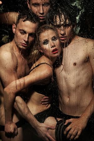 nudo maschile: Donna sexy in posa con uomini