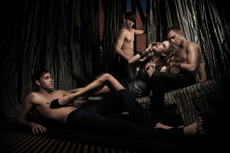 mujeres eroticas: Sexy mujer adorada por hombres guapos