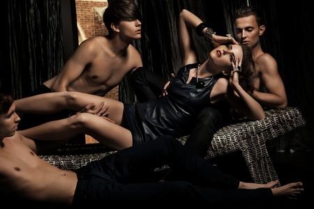 erotici: Donna attraente adorata dagli uomini Archivio Fotografico