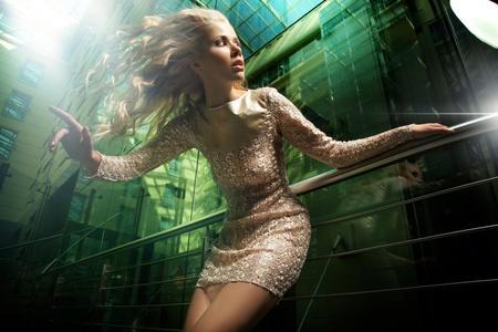 piernas mujer: Foto de moda de dama Rubia hermosa