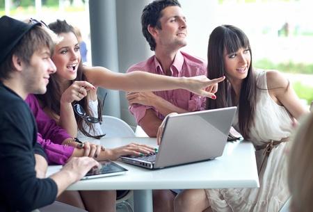 internet cafe: Navegaci�n por internet en un caf� de j�venes
