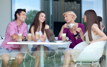 disfrutar: J�venes disfrutando de caf�