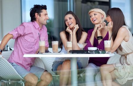 cafe bar: Jonge mensen genieten van lunchpauze