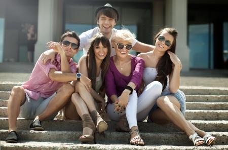 cafe bar: Groep vrienden op vakantie Stockfoto