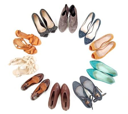 tienda zapatos: Muchos pares de zapatos en círculo Foto de archivo