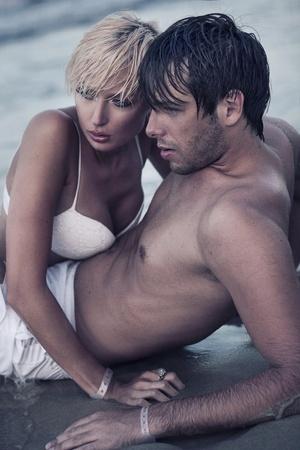 intymno: Intymność na plaży Zdjęcie Seryjne