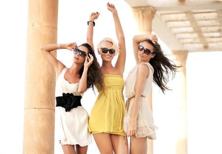 Tre donne allegro indossare occhiali da sole