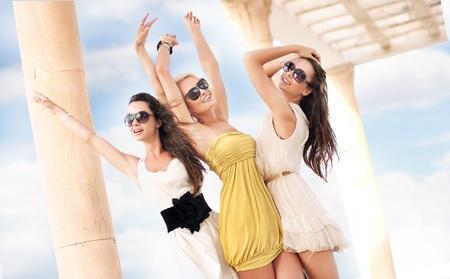 ¿Cuál es el usuario que mejor te cae? - Página 5 11085268-tres-mujeres-alegres-con-gafas-de-sol