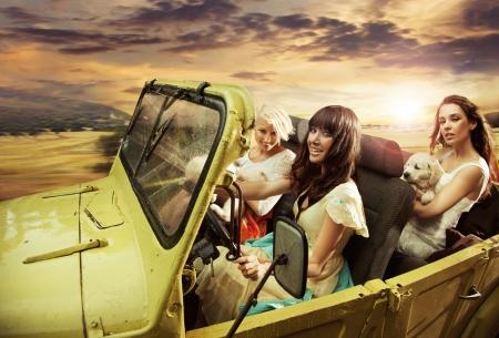 cabrio: Adorable jonge dames rijden in een cabriolet