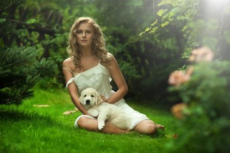 puppy love: Lindo joven mujer sosteniendo un cachorro de perro