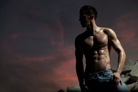 abdominal fitness: Musculoso cuerpo de un fisicoculturista guapo