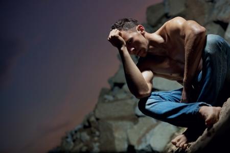 sexy jeans: Musculoso cuerpo de un fisicoculturista guapo