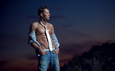 muscle shirt: Fisicoculturista guapo Foto de archivo