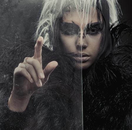 mujer fea: Mujer misteriosa que apunta a algo