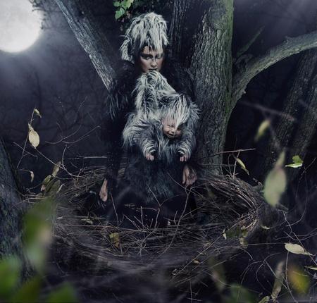 mujer fea: Una madre cuervo negro con el ni�o