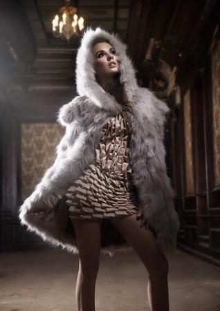 Giovane donna sexy che indossa cappuccio