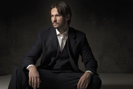 Hombre guapo vistiendo traje de