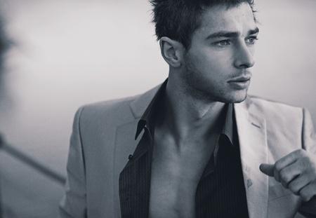 Junger Mann mit Anzug Standard-Bild - 12075700