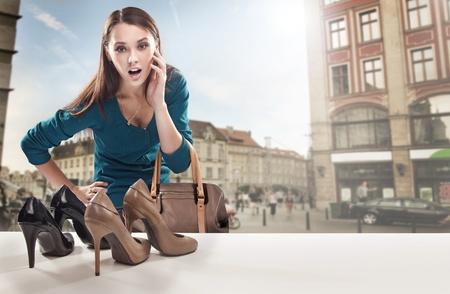 zapato: Mujer joven mirando a la ventana de la tienda