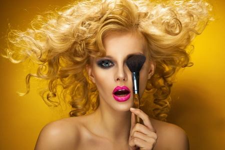 labios sexy: Retrato de una mujer atractiva con el cepillo