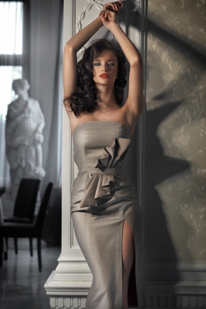 traje de gala: Hermosa mujer con un vestido