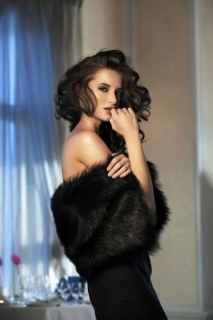 vestido de noche: Mujer de belleza usar pieles
