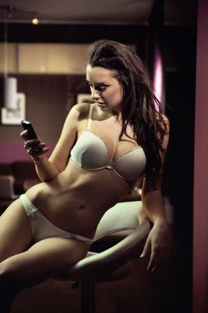 chica sexy: Se�ora atractiva joven escribiendo un mensaje de texto