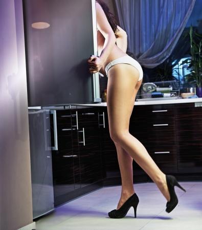 refrigerador: Sexy mujer busca algo en la nevera