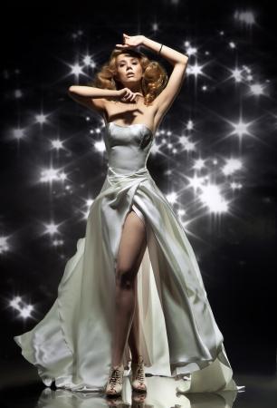 robe de soir�e: Dame merveilleuse v�tu de la robe magnifique Banque d'images