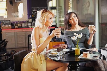 chismes: Dos mujeres en un caf�